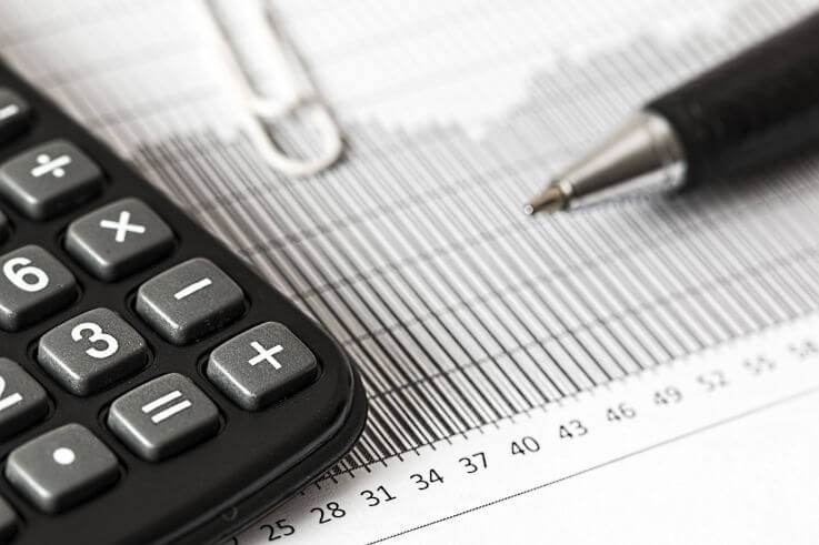 How to reduce credit card debt - Calculator and pen